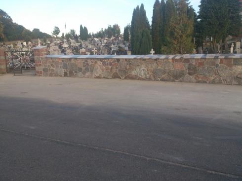 Mur kamienny na cmentarzu_1
