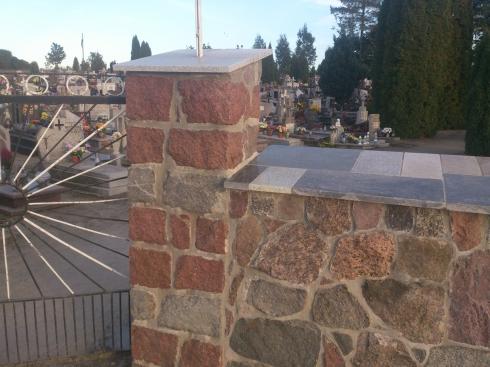 Mur kamienny na cmentarzu_2