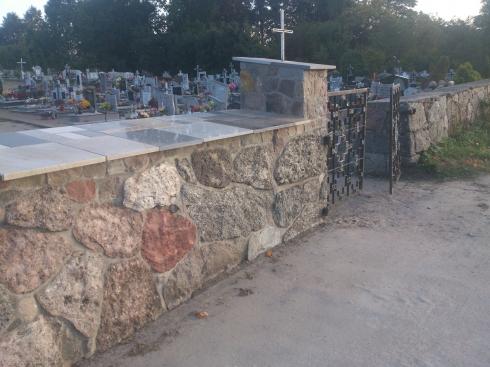 Mur kamienny na cmentarzu_6